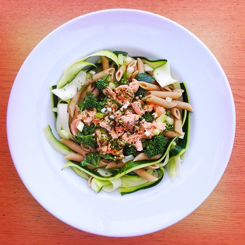 Pasta salad week. Recipe n.2: salmon, raw shaved courgette, broccoli, spring onions, nori see weed, wholegrain penne. #salad #salads #salmon #saladjam #health #healthy #grain #wholegrain #healthydiet #healthysalad #desk #lunch #gluten #gethealthy #gohealt