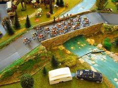TOUR DE FRANCE Années 50-60 (1/43) Peloton sur un pont