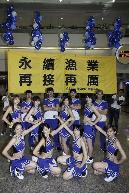 台灣綠色和平8日派出啦啦隊前往桃園機場接機,期許漁業署在國際會議表現更積極一點。(圖片來源:台灣綠色和平組織)