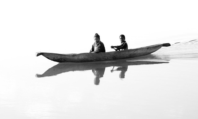 Two children in a pirogue, Madagascar, par Franck Vervial