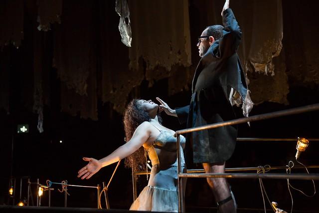 Kirstin Chávez as Marquise de Merteuil and Leigh Melrose as Vicomte de Valmont  in Quartett © ROH/ Stephen Cummiskey2014