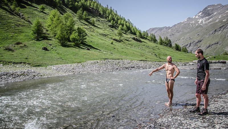 bagno nel fiume in valle argentera