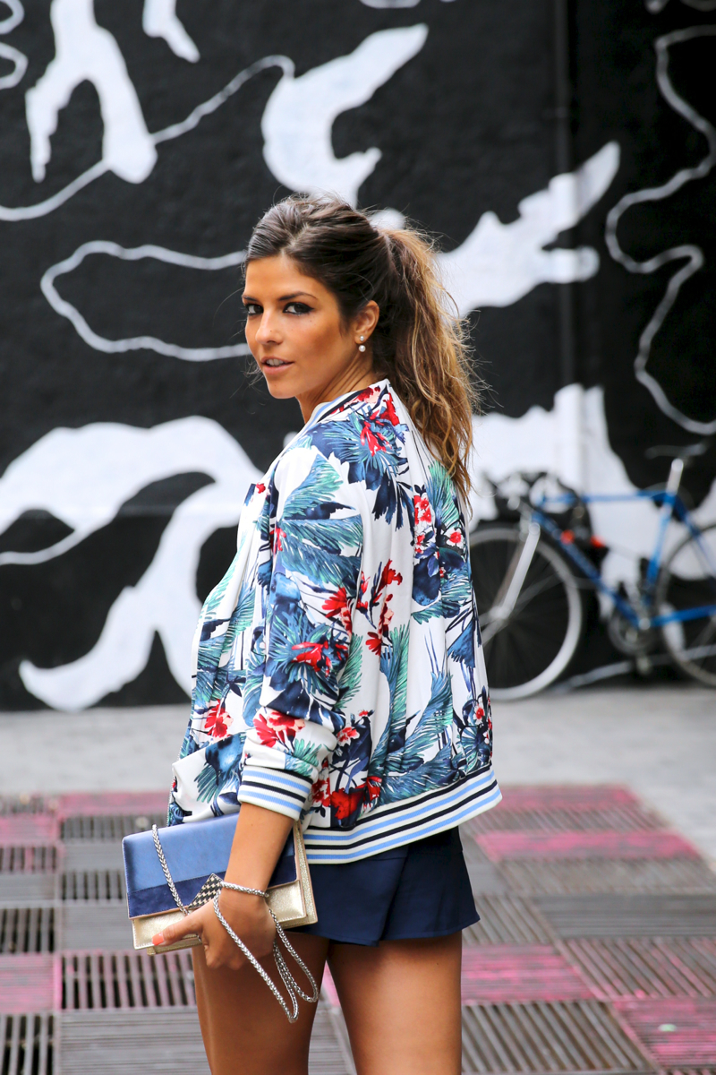 trendy_taste-look-outfit-street_style-ootd-blog-blogger-fashion_spain-moda_españa-sneakers-saucony_originals-sport-trainers-zapas-tommy_hilfiger-sunnies-red_top-top_rojo-bomber_flores-14