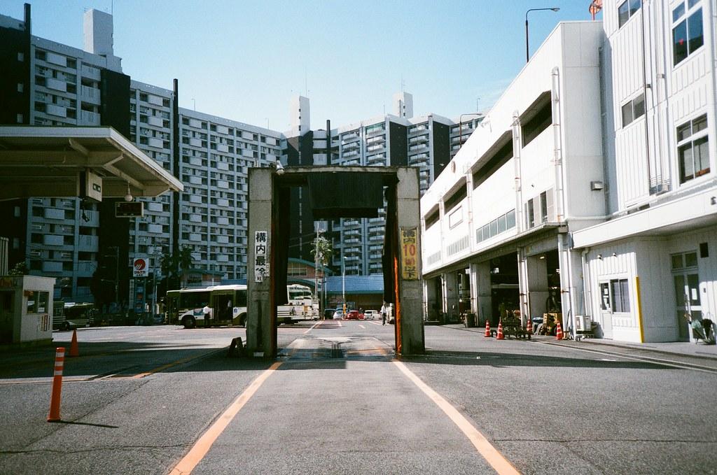 基町住宅 広島 Hiroshima, Japan / FUJICOLOR 業務用 / Lomo LC-A+ 這是公車總站,一台大大的清洗機站在那裡,不知道為什麼,好想把它拍起來!  Lomo LC-A+ FUJICOLOR 業務用 ISO400 4898-0022 2016-09-27 Photo by Toomore
