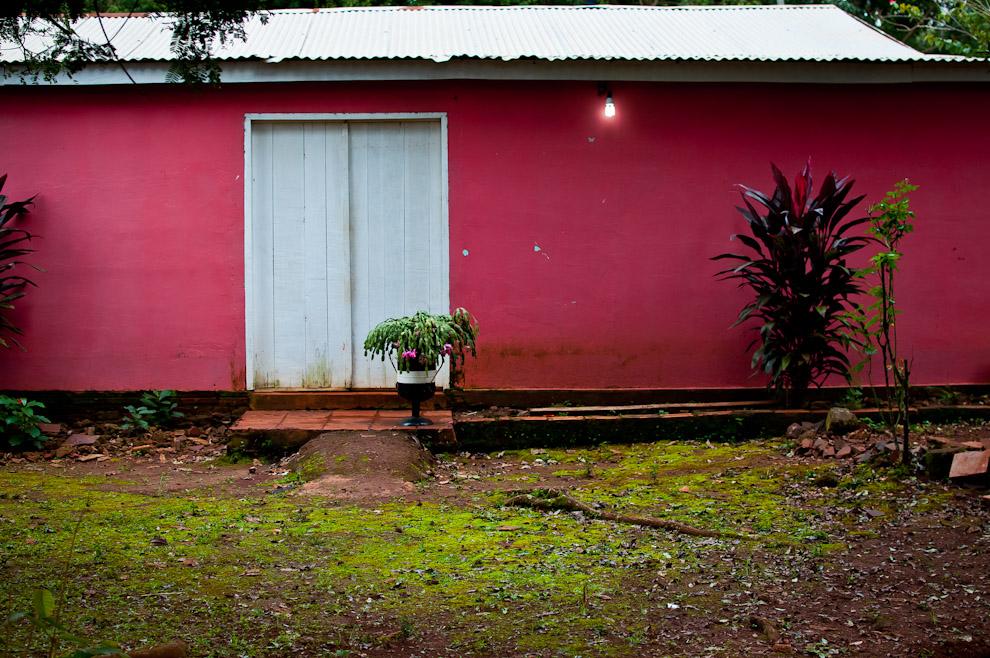 Pintorescas casas se podían ver en el camino hacia el pueblo de Itá Verá, a medida que nos acercamos a la ciudad nos encontrábamos con casitas pintadas con colores muy llamativos. (Elton Núñez)