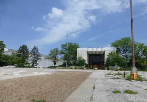 dead mall, North Randall, OH (by: Fan of Retail, creative commons)