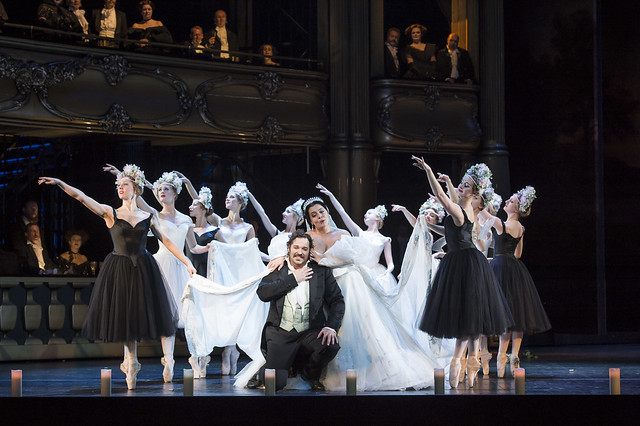 Bryan Hymel as Henri and dancers in Les Vêpres siciliennes © ROH / Bill Cooper 2013
