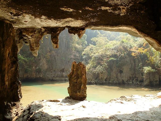 Cuevas kársticas en la Bahía de Phang Nga. Tailandia.
