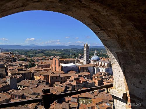 Vista de la ciudad medieval de Siena desde la Torre de Magia