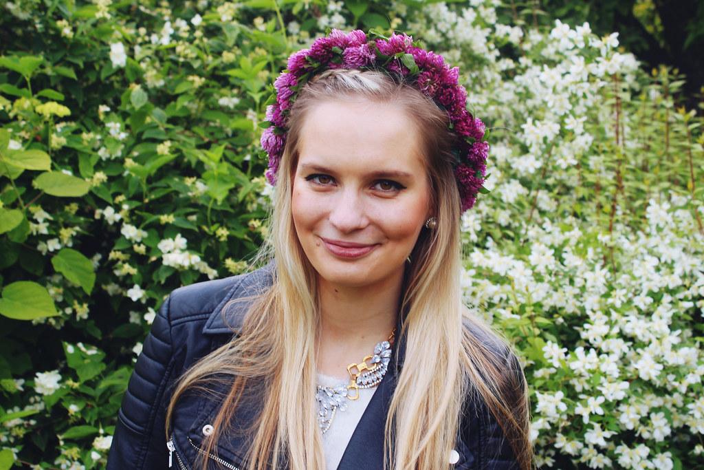 clover-flower-wreath-blonde-girl