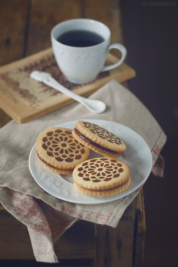 Double Coconut Sandwich Cookies   @ yumlaut.de