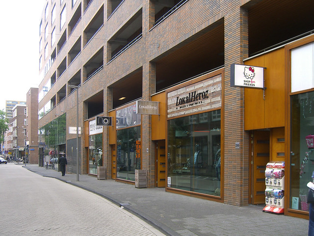 Магазины на первом этаже в многофункциональном комплексе в Роттердаме. Паркинг расположен на 2-5 этажах.