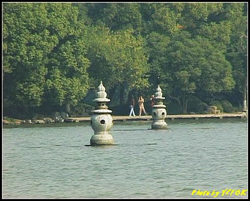 杭州 西湖 (其他景點) - 365 (西湖 湖上遊 往湖心亭 背景是小瀛洲上的三潭印月其中兩個的石燈籠)