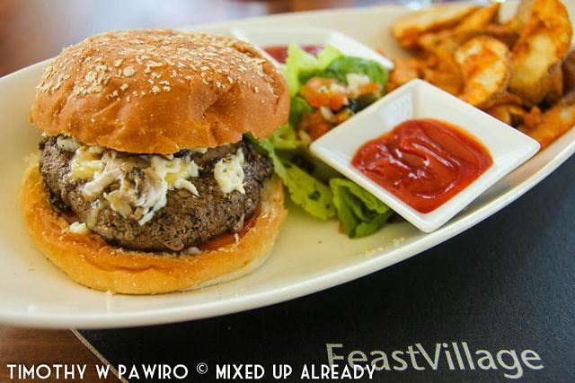 Malaysia - Kinabalu - Gaya Island Resort - Feast Village - Burger