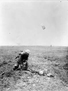 A German soldier found dead on the battlefield, Vimy Ridge, France, April 1917 / Soldat allemand trouvé mort sur le champ de bataille à la crête de Vimy (France), en avril 1917