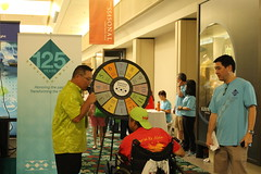 Hawaiian Electric's 13th Annual Clean Energy Fair - October 1, 2016: Clean Energy Fair attendee spinning the prize wheel