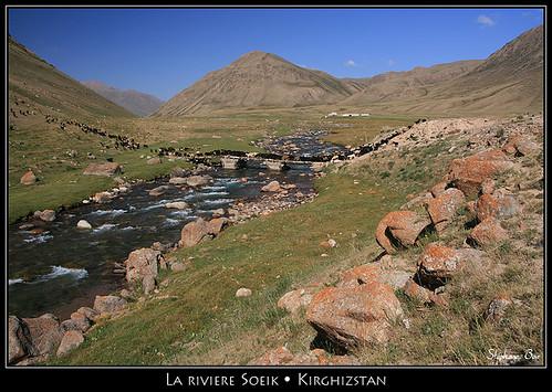 river rocks sheep rivière kyrgyzstan moutons rochers kirghizistan kirghizstan kirghizie stéphanebon