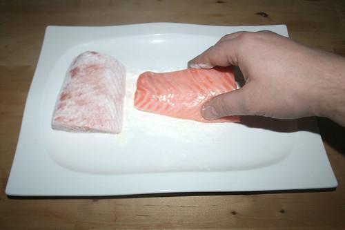 26 - Lachs in Mehl wenden / Flip salmon in flour