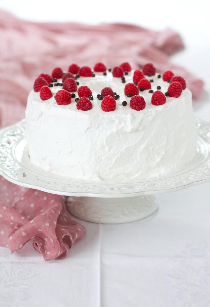 Angel Food Cake con ganache al cioccolato fondente e lamponi