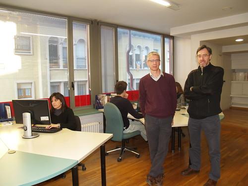 Els germans Santi i Antoni Casas, impulsors del Coworking Tona, primer coworking d'Osona Sud, a les instal·lacions del nou espai.