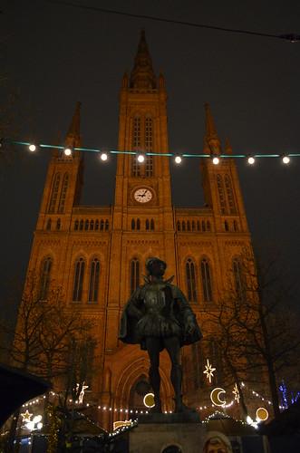 Wiesbaden Sternschnuppenmarkt Christmas Marktkirche statue