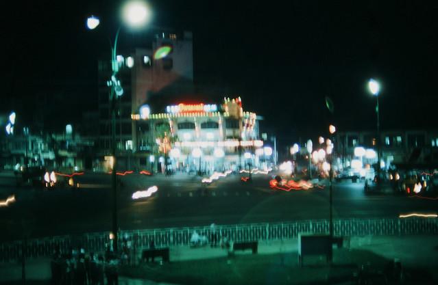 Saigon 1969 - Photo by larsdh - Đêm Saigon: bùng binh chợ Bến Thành, nhà hàng góc Hàm Nghi-Phó Đức Chính