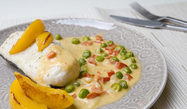 Lomos de merluza al curry de melocotón