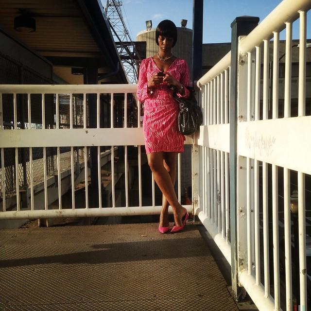Mujer esperando en la estación del tren