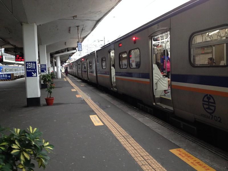 各駅停車に乗り、台北駅へ by haruhiko_iyota