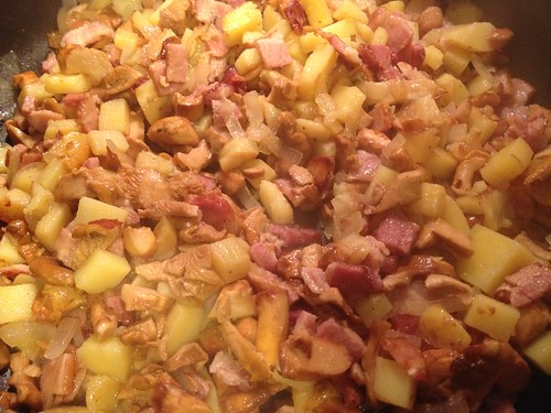 Sautéed chanterelles with bacon and potatoes