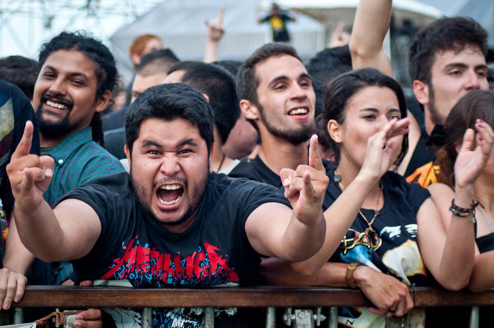 Uno de los fanáticos posa ante la cámara fotográfica mostrando su furor al estar presente en el concierto. (Elton Núñez)