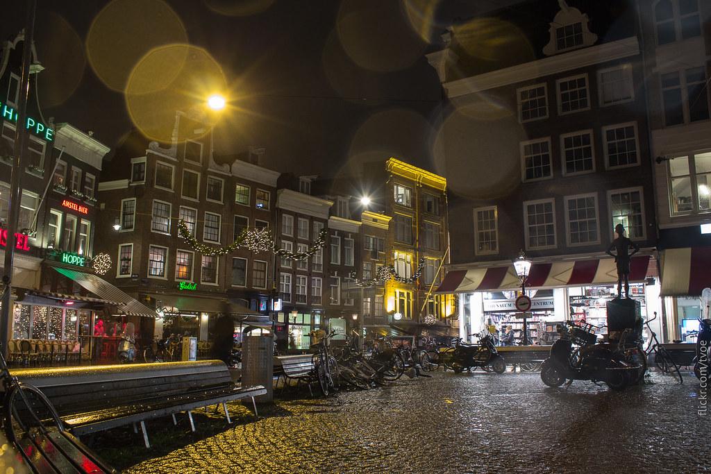 Площадь Спуй в Амстердаме вечером