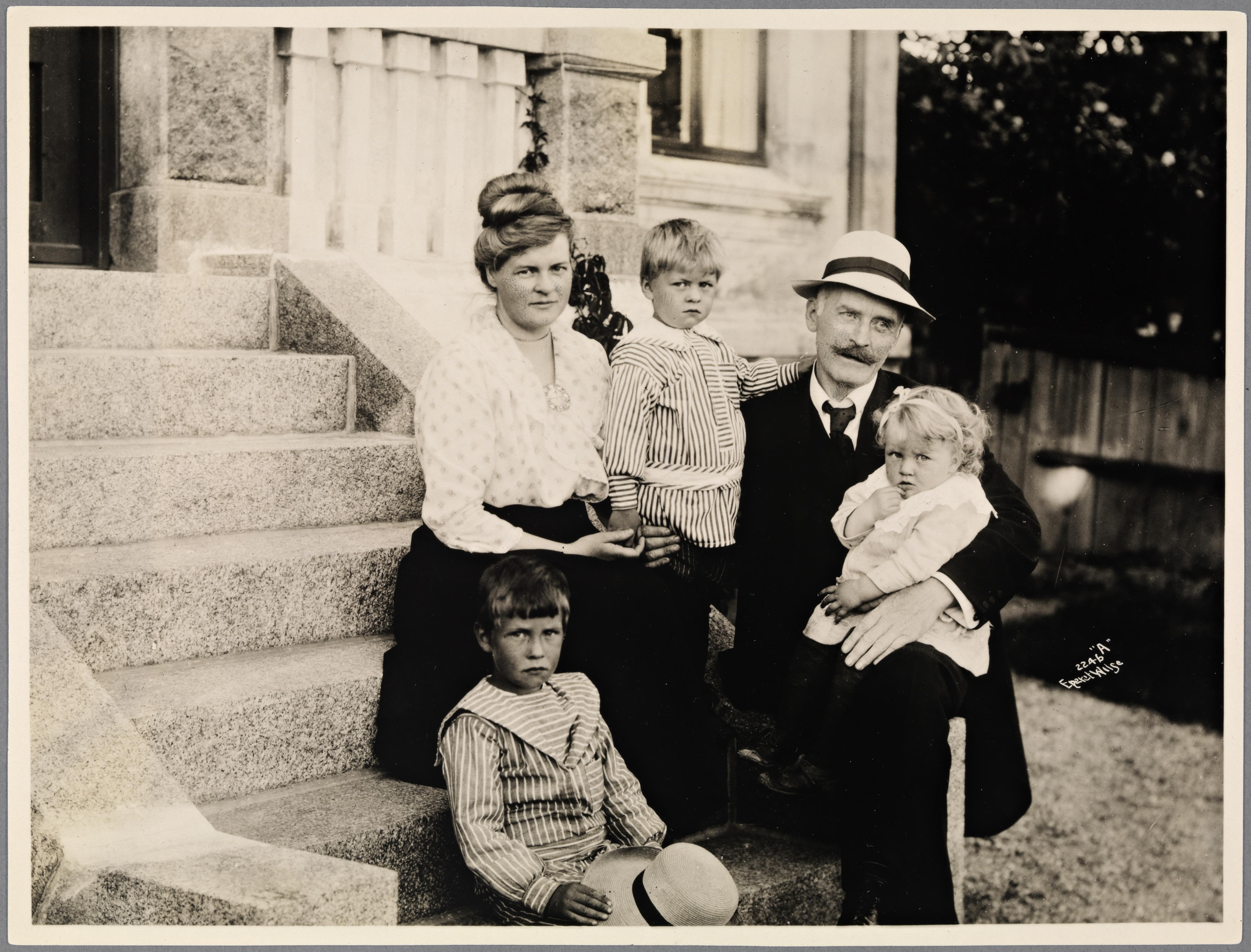 Portrett av Knut Hamsun med familie, Larvik, 1917