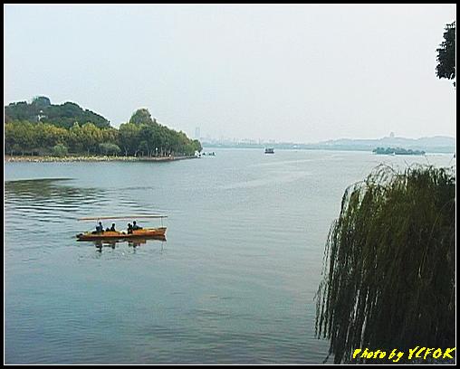 杭州 西湖 (其他景點) - 241 (在西湖十景之 蘇堤上的誇虹橋望向西湖 左邊是孤山 右面山上的是吳山天風的城隍閣)