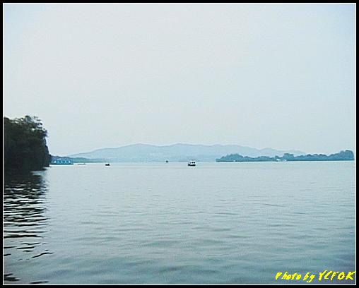 杭州 西湖 (其他景點) - 305 (在西湖十景之 蘇堤 蘇堤花港觀魚的結束點旁看西湖 左面是蘇堤 右面是小瀛洲)