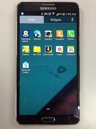App tray ของ Samsung KNOX ... จะเห็นว่า App ที่ถูกพัฒนามาเพื่อ KNOX จะมีรูปรูกุญแจกำกับไว้