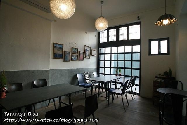 餐厅,的确有几分巴黎街头咖啡厅的味道,若能在屋外延伸出遮雨棚,棚下