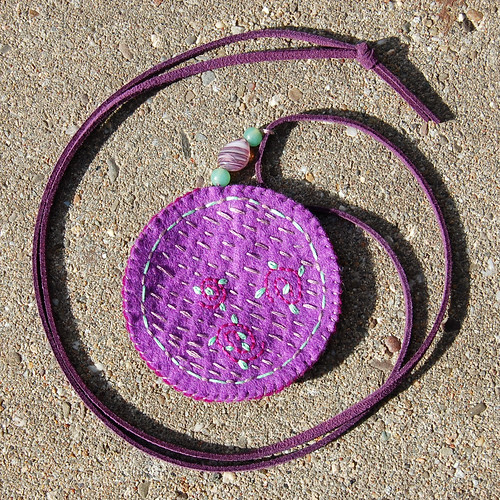Felt pendant necklace 'Plum' (back)