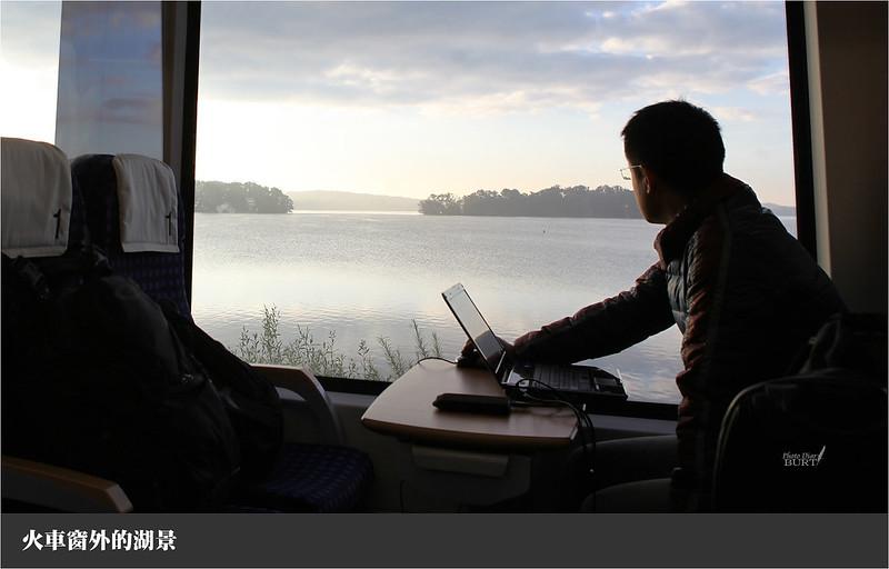 火車窗外的湖景