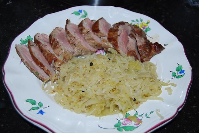 zuurkool, een varkenshaasje en saus van gorgonzola