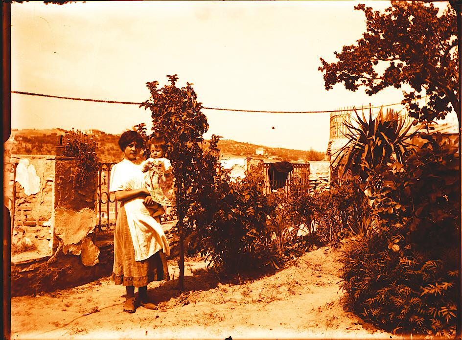 Madre e Hija en Roca Tarpeya hacia 1910. Fotografía de Pedro Román Martínez (c) JCCM, AHP, Fondo Rodríguez. Signatura R-118-3-03