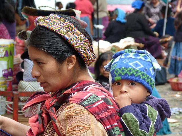 Escena de madre e hijo en el mercado de Almolonga (Guatemala)