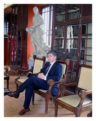 Foto del autor en sillón de 1906