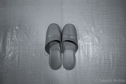 "明るい選挙スリッパ / A pair of slippers, printed ""Fair Elections"""