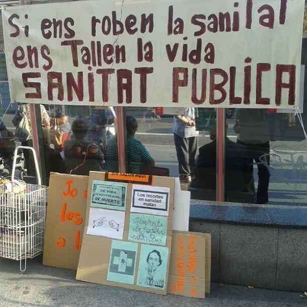 """""""Si ens roben la sanitat, ens tallen la vida"""" en la concentració davant la mútua de #terrassa"""