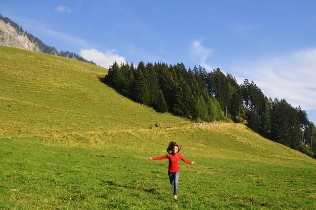 Corriendo por praderas verdes en Suiza