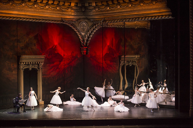 Erwin Schrott as Procida and dancers in Les Vêpres siciliennes © ROH / Bill Cooper 2013