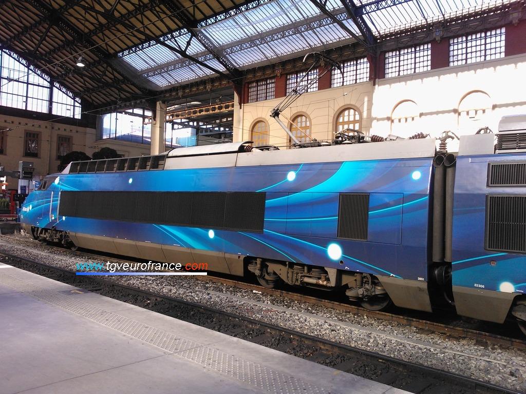 Vue du TGV pelliculé lors de l'exposition en gare de Marseille