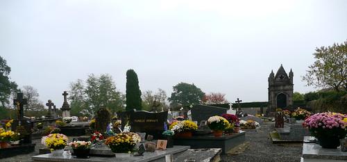 Clermont, Landes: cimetière de l'église Sainte Madeleine avec ... des chrysanthèmes.