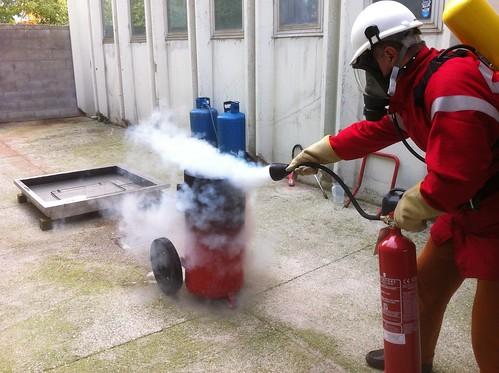 Prova di spegnimento con estintore a CO2 e autoprotettore